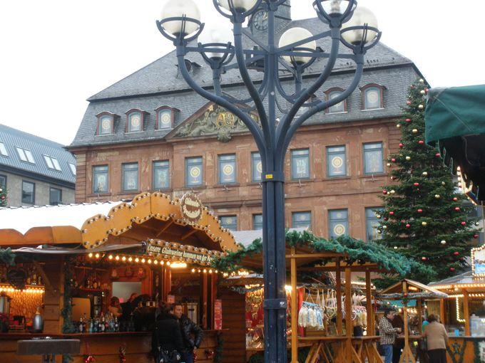 クリスマスマーケットで賑わうマルクト広場