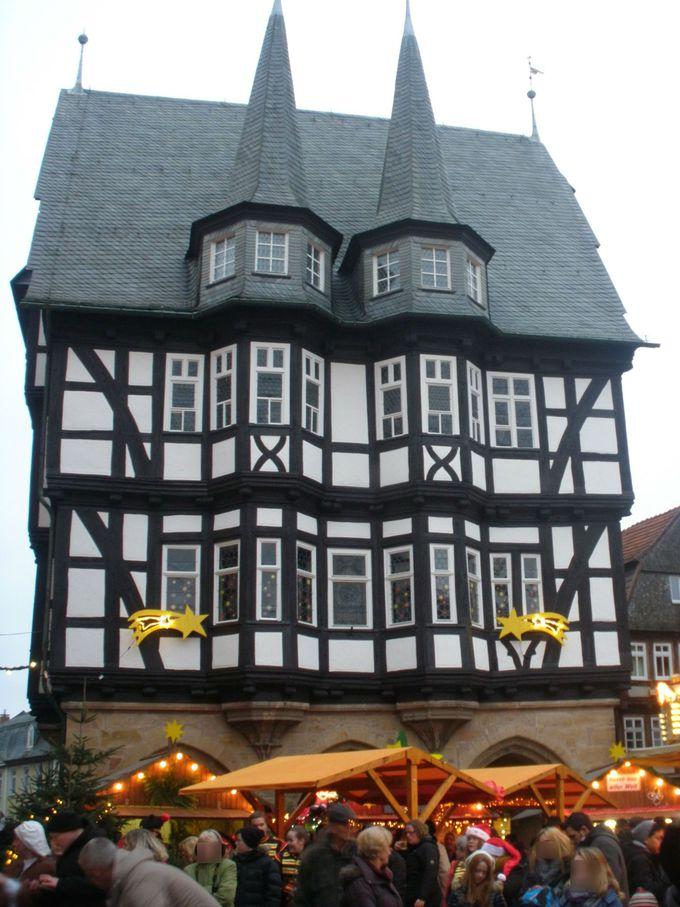 可愛らしい市庁舎は、町のランドマーク!