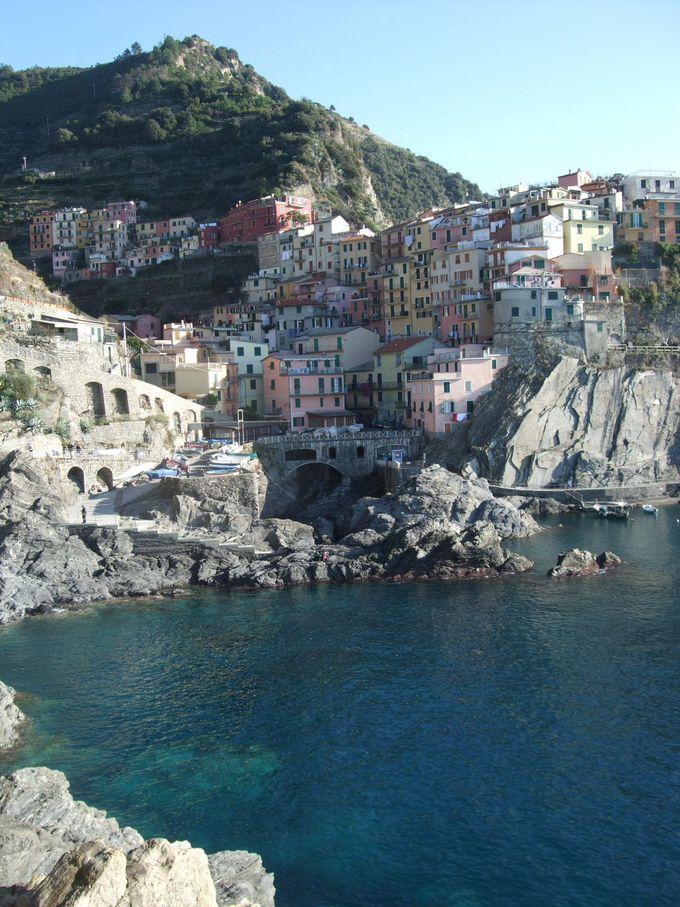 色とりどりの家々が岩肌に張り付くマナローラ