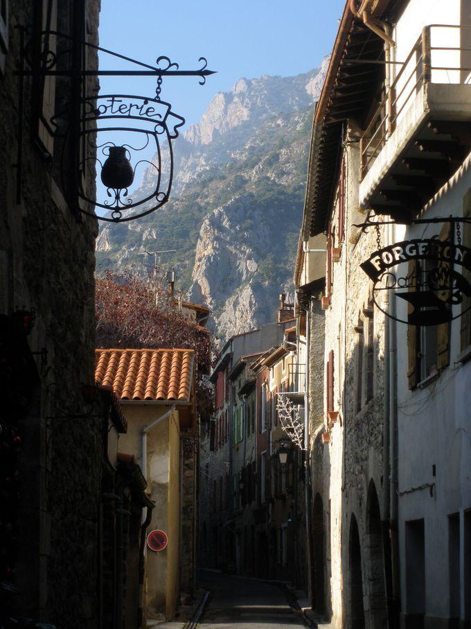 城壁内の狭い路地の先に見えるのは緑と石灰色の岩山