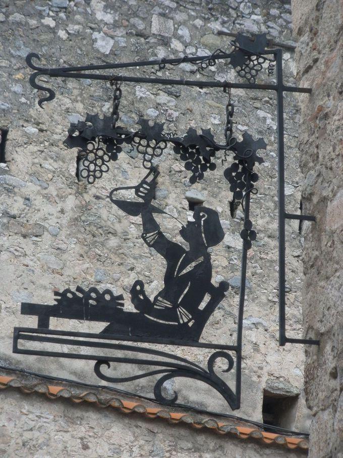 バラエティーに富んだ素敵なデザインの看板の並木道