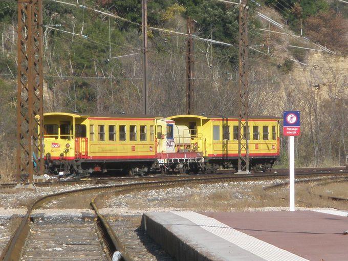 ピレネーの雄大な自然真っただ中へ向かう観光列車の出発点