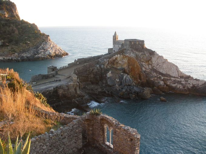 世界遺産の大聖堂を見下ろす城塞裏がハイキングコースの出発点