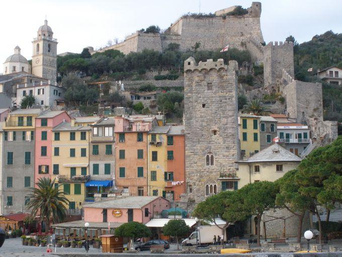 城塞と麓に続く城壁が町を見下ろす、絵のように美しい港町