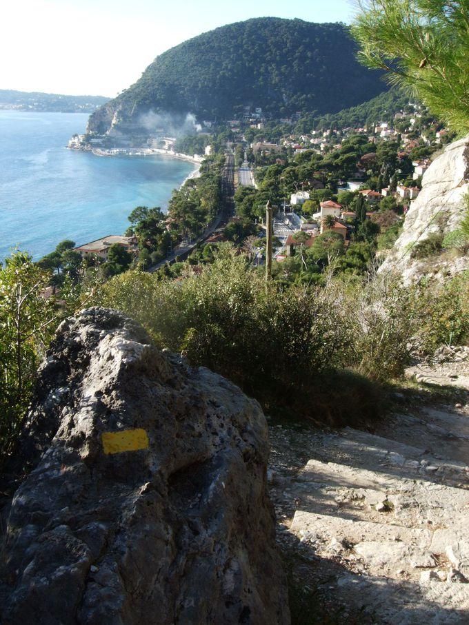 「ニーチェの道」から望む絶景は、もちろん地中海のコバルトブルー
