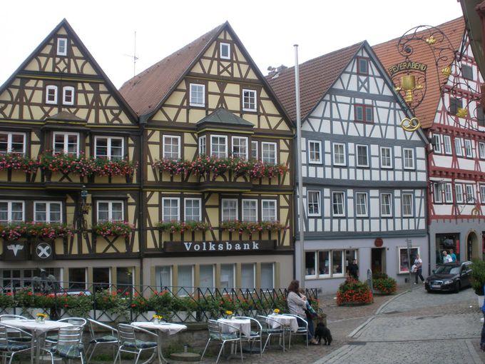 メルヘンの世界に迷い込んだような木組みの家並み