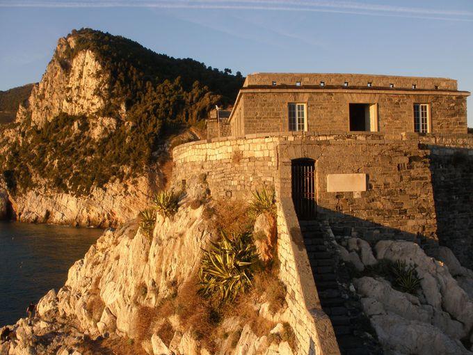 荒削りの断崖絶壁上に続く教会と城塞跡