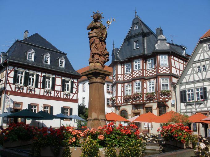 市庁舎を含む木組み建築群とマリアの泉があるマルクト広場は、贅沢な眺め