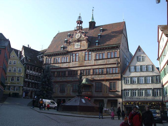 美しい天文時計のある市庁舎が面するのは、豪華な木組みの建ち並ぶ広場