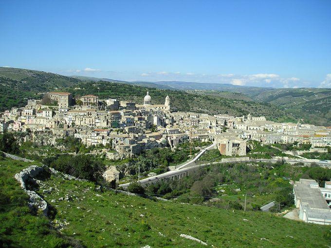 緑の丘に広がる美しいバロック都市のラグーザ