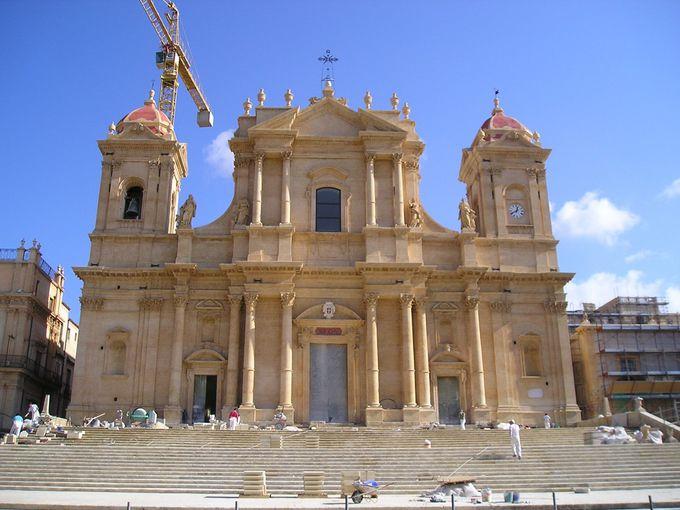広々とした階段の上に聳える大聖堂
