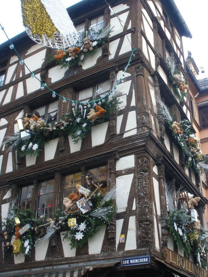 伝統的な木組みとクリスマスの装飾がマッチしたプティット・フランス