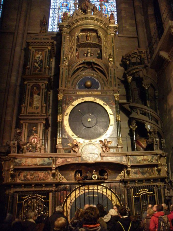 世界遺産の大聖堂内の天文時計は必見!