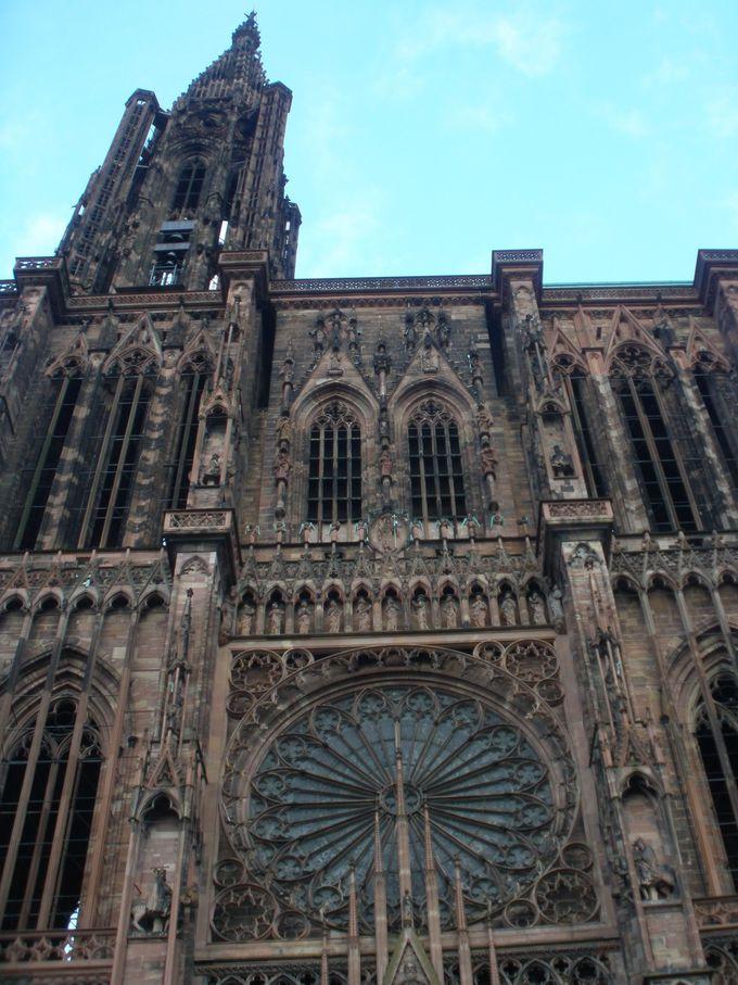 世界遺産の町のランドマーク・大聖堂の壁面を覆う見事な彫刻の装飾