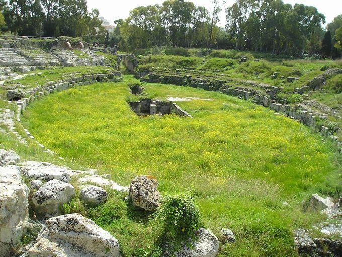 緑とお花に覆われた古代ローマの円形闘技場は、どこか異次元の世界