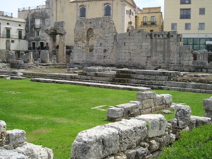 旧市街の入り口にあったアポロ神殿の遺構