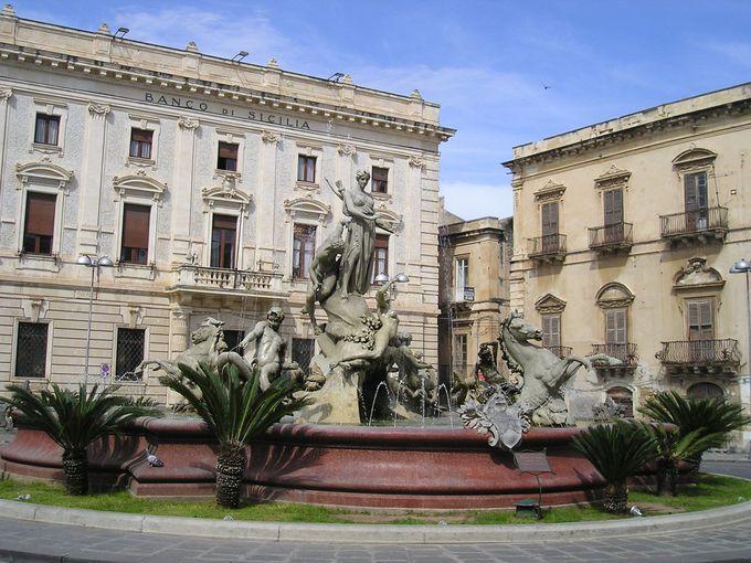 アルキメデス広場にたつのは、アレトゥーザの伝説を物語る噴水の像