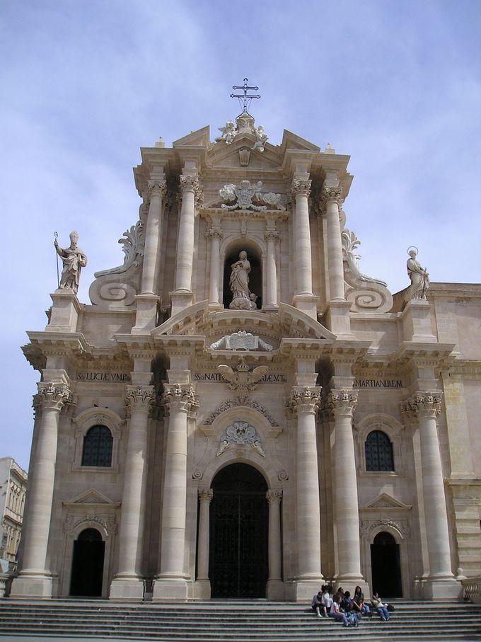 アテネ神殿が眠る大聖堂は町のシンボル