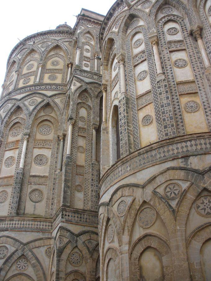 ノルマン時代の建物ドゥオーモはモザイクの厳つい外壁