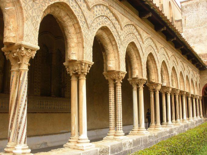 神秘的な回廊に並ぶ柱頭装飾の壮大な列