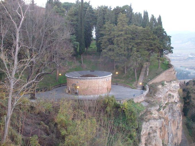 町外れのサン・パトリツィオの井戸は、すれ違うことのない階段で井戸の底まで!