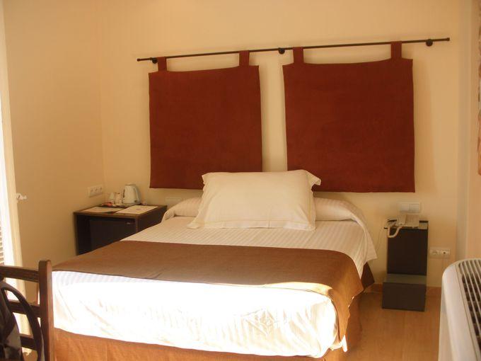 バルコニー付きのゆったりしたお部屋には、寝心地よい大きなベッド