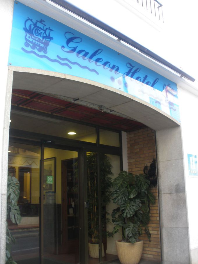 駅からも近く旧市街の真ん中に位置するホテル・ガレオン