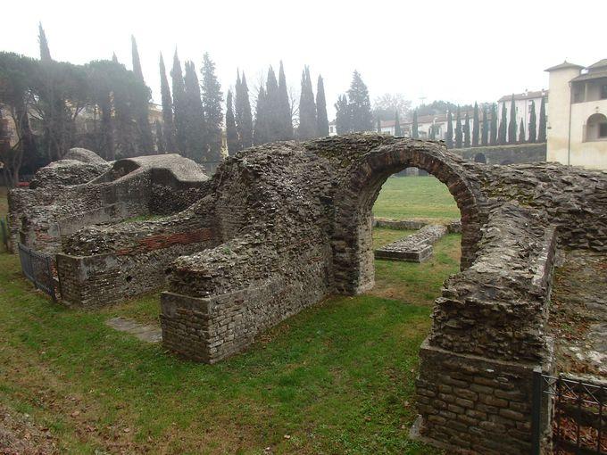 ひっそりと残るローマ時代の円形劇場跡と考古学博物館