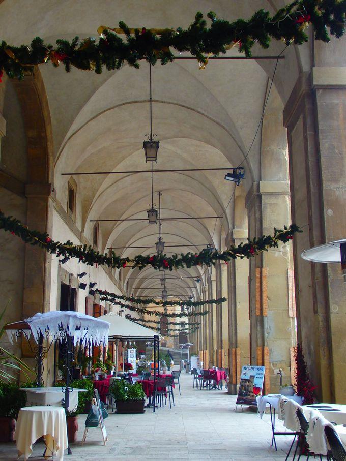 広場に面してレストランやショップが並ぶ回廊
