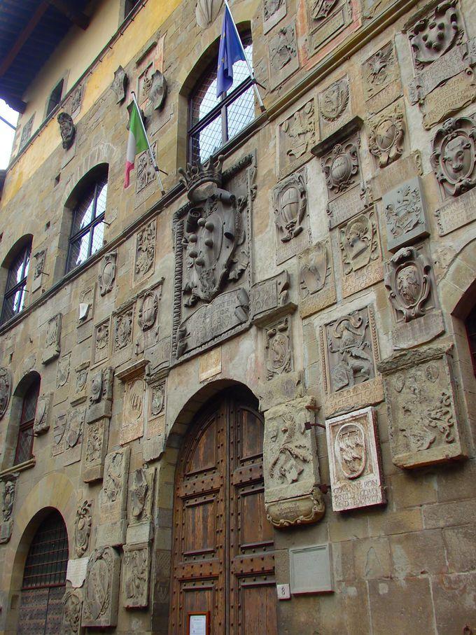 多くの紋章の中で一際目立つのはメディチ家の紋章!トスカーナ大公国統治跡の建物