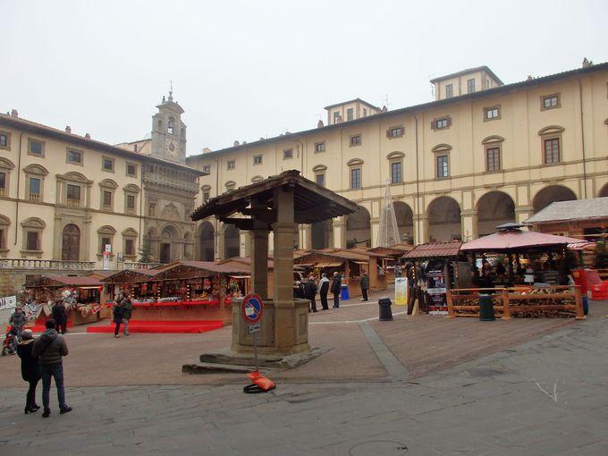 「ヴァザーリの広場」ことグランデ広場は緩やかな傾斜の広々空間