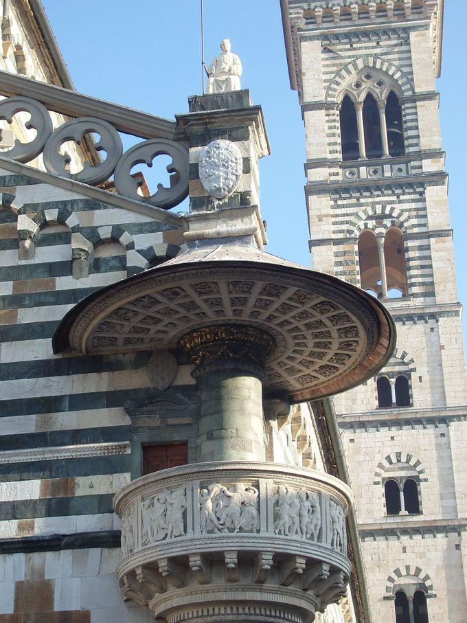 外壁に設けられた「聖母の腰帯の説教壇」を飾るのは「踊る子供達」