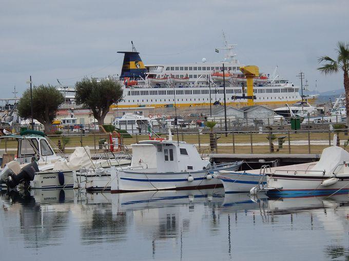 エメラルド海岸の一つ、ゴルフォ・アランチはこじんまりした港町