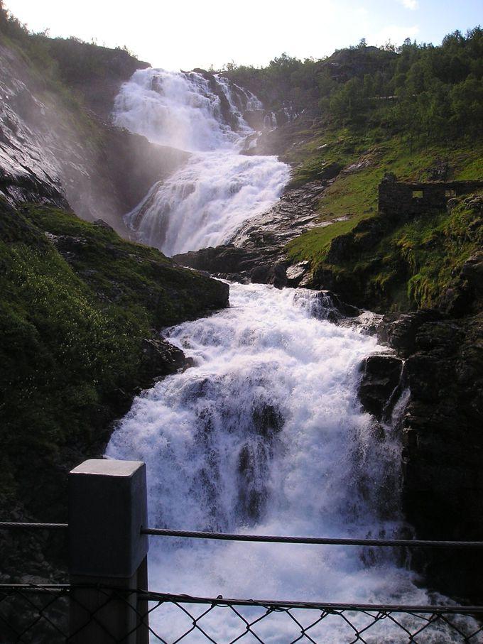 水飛沫と妖精のダンス!落差93メートルの「ショースの滝」で10分間停車