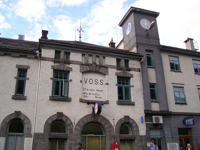 フィヨルド観光の基点となる町・ヴォスは、列車やバスでの中継地