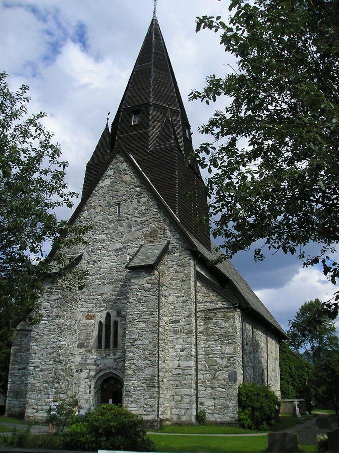 1277年建設のヴォス教会は頑丈な石造り
