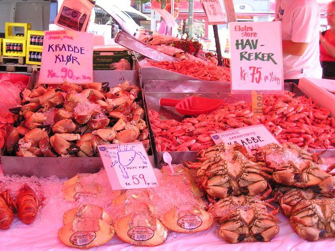 新鮮な魚介類が並ぶ魚市場