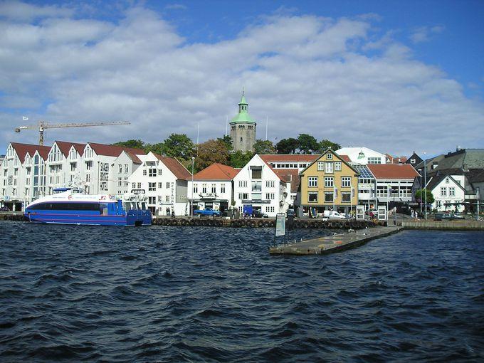 カラフルな建物が建ち並ぶ港沿いは華やかで和やかムード