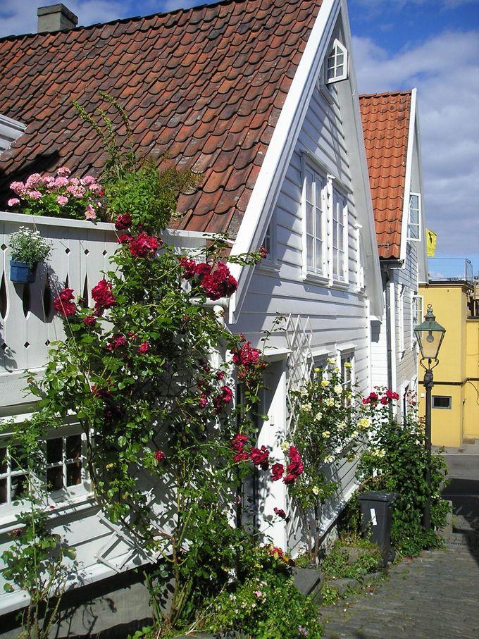 白い板壁で統一された美しい旧市街!色とりどりのお花が映える町並み