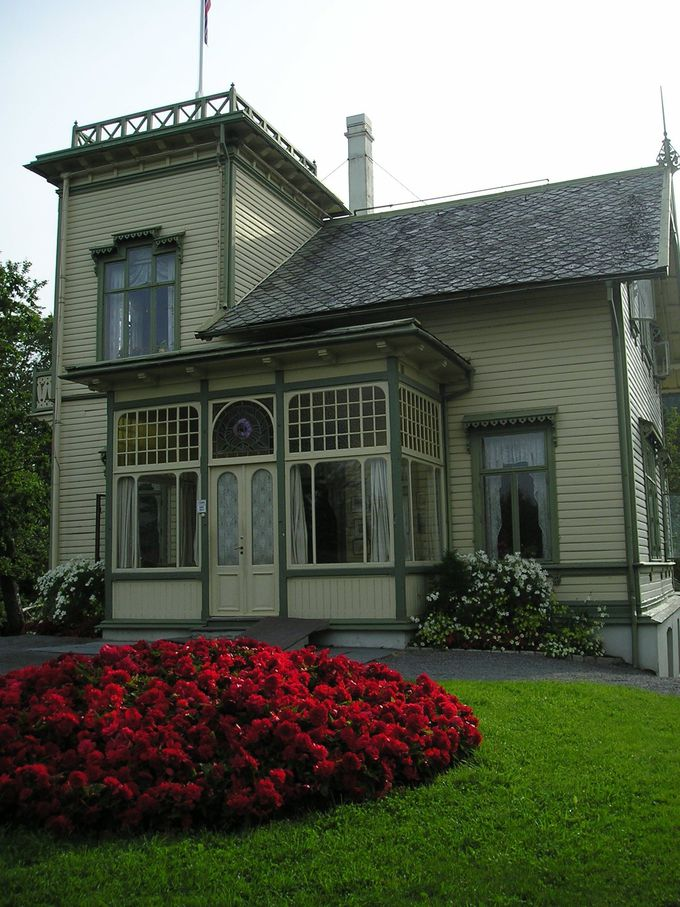 グリーグの家は、薄いクリーム色のビクトリア風