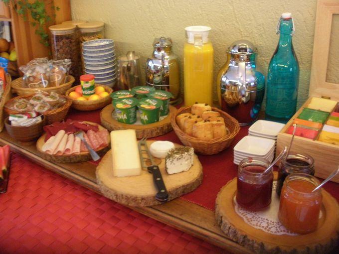 ビュッフェ式で頂く朝食は夕食会のお部屋と同じ席で