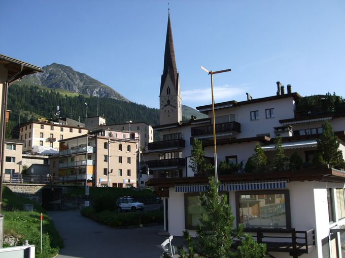 スイスらしくない?都会風建築が谷を埋め尽くすダヴォスの町並み