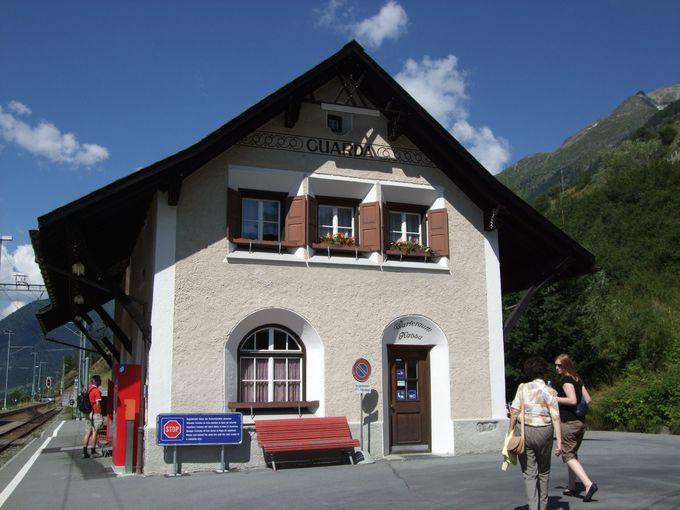 可愛い駅舎のグアルダ駅