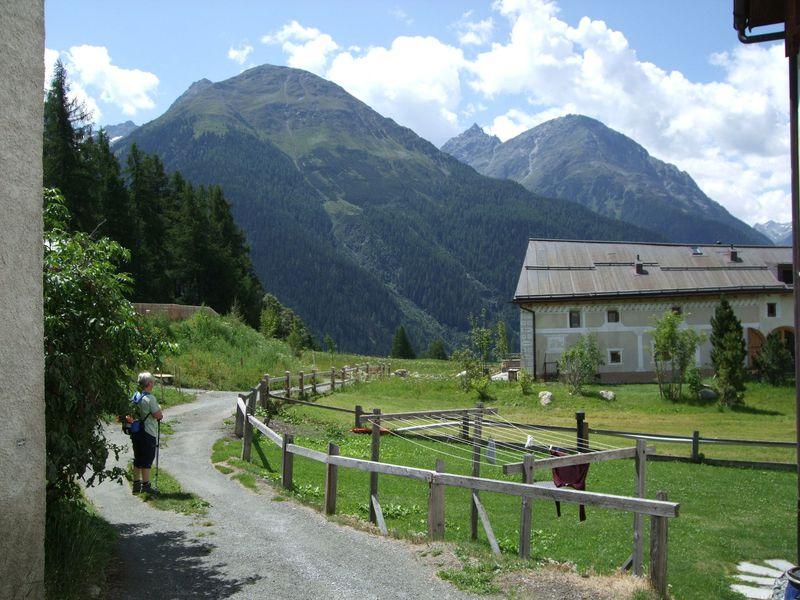 「スイスの美しい村」グアルダ!スグラフィッティが魅力の町並みからハイキング