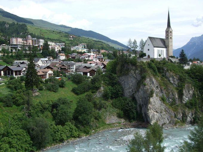 イン川沿いの崖っぷちに建つ教会を眺めながらハイキング
