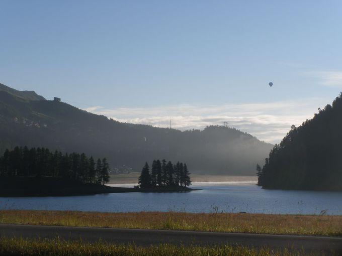 水上スポーツで人気があるシルヴァプラナ湖!朝は幻想的な空気に包まれて