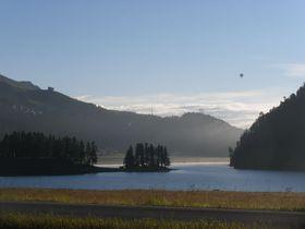 風光明媚なスイス・オーバーエンガディン地方の絶景湖畔!連続する山と湖の風景に魅せられて