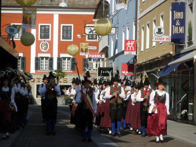 ミュージックフェスティバル開催日には町中がお祭りモード