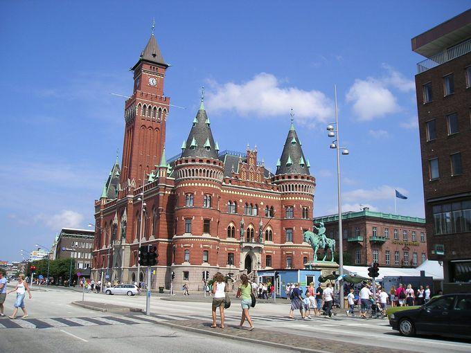 まるでお城!?尖塔の美しい建物は市庁舎