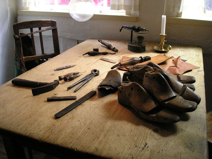 家の中は、仕事場となる靴修理がメインの場